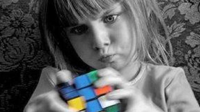 El efecto Rubik (& el poder del color rojo). Cortometraje español